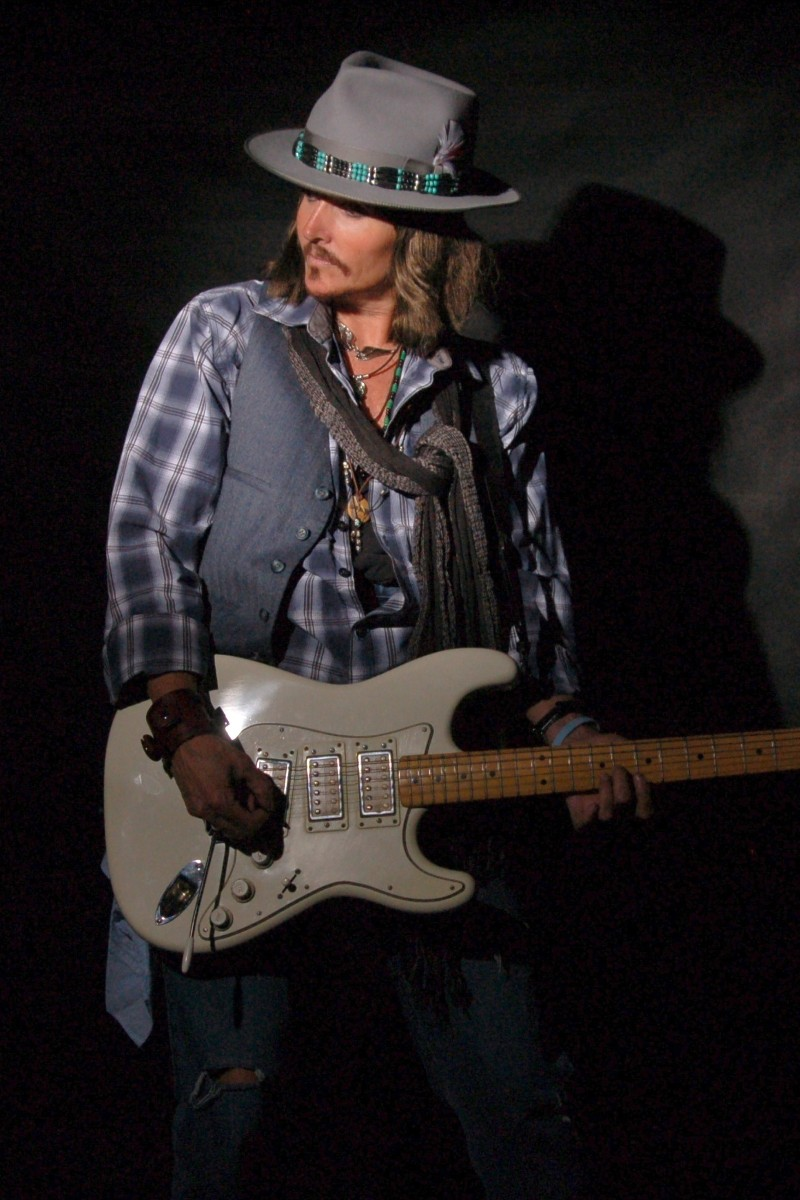 johnny-depp-with-guitar-4